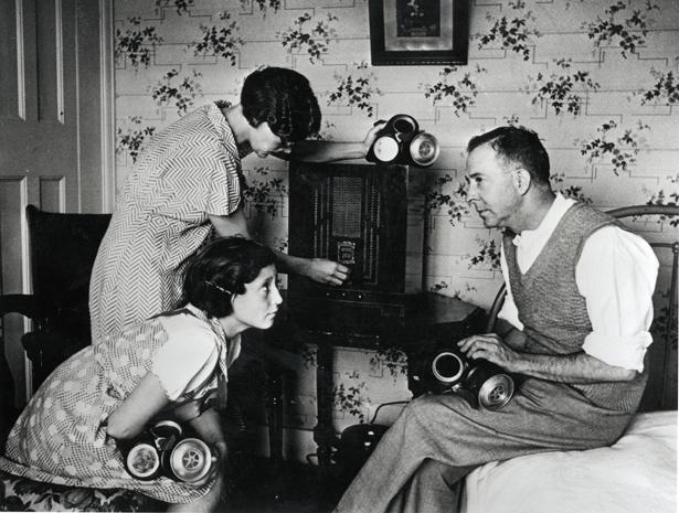 Radio Londra 1940, 1944, radio seconda guerra mondiale, volksradio, radio in guerra. Notizie bbc, bbc d-day, ww2, gas mask, cold war, guerra fredda, radio ww2, maschera antigas